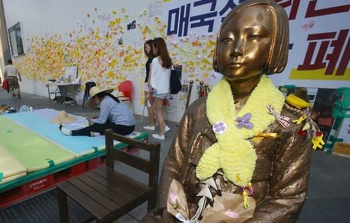 소녀상을 지키는 학생 <사진=연합뉴스>