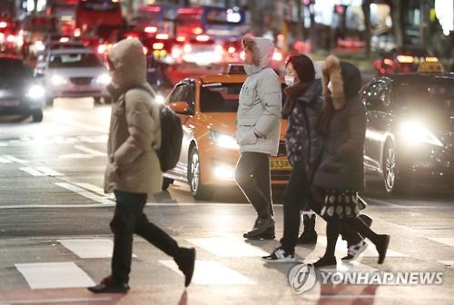 쌀쌀한 퇴근길 걸음 재촉하는 시민들<사진=연합뉴스>
