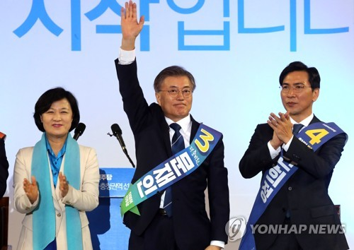 Moon wins the second round of Democratic Party primary. <photo: yonhap news>