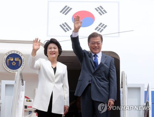 President Moon Jae-in and First Lady Kim Jung-sook give a wave in Seoul before boarding the presidential plane. <Photo: Yonhap News>