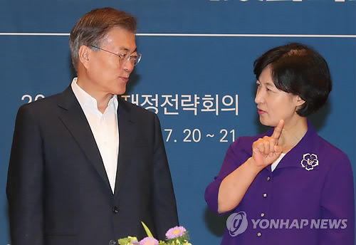 문재인 대통령(왼쪽)과 추미애 대표<사진=연합뉴스>