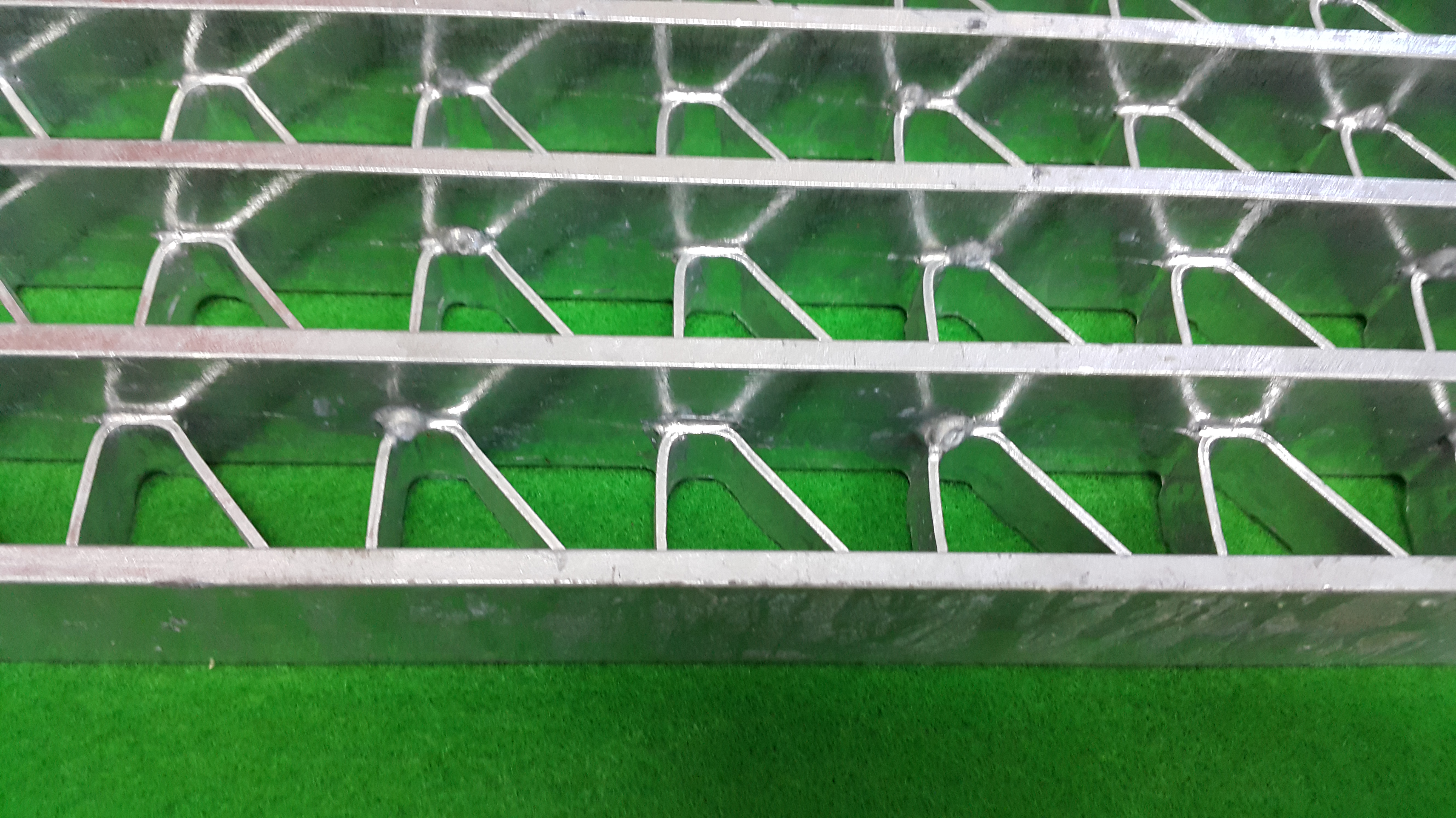신한울 1.2호기에 납품된 바닥판(그레이팅), 하나 건너 하나씩만 용접이 되어 있다