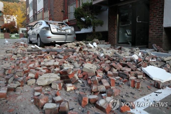지진으로 무너져 뒹구는 벽돌들 <사진=연합>