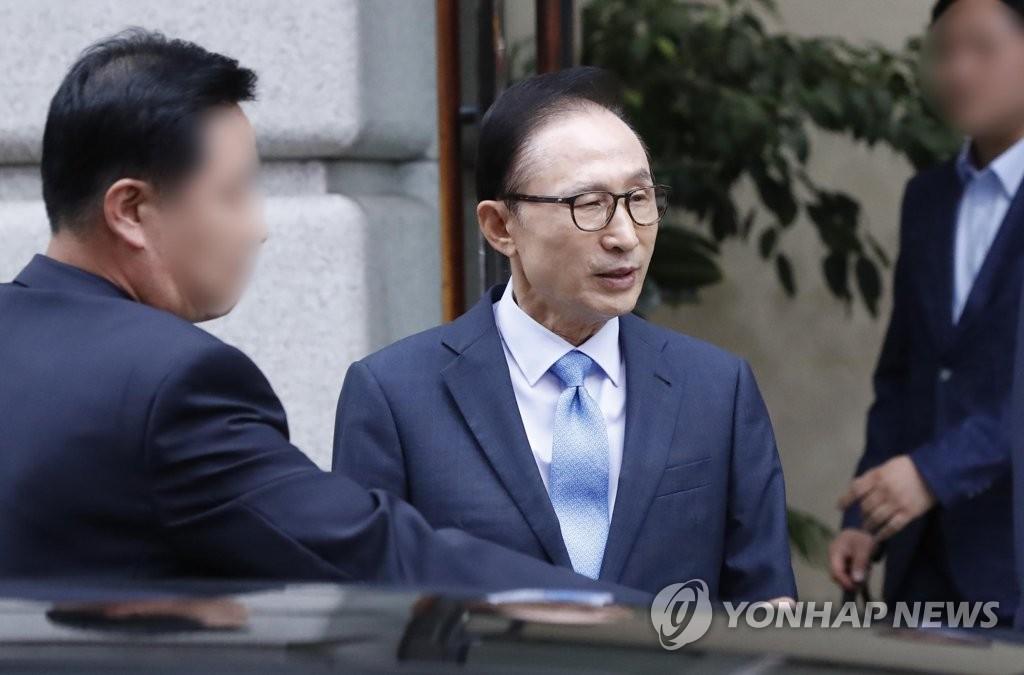 10월 10일 서울 강남 사무실 나서는 이명박 전 대통령