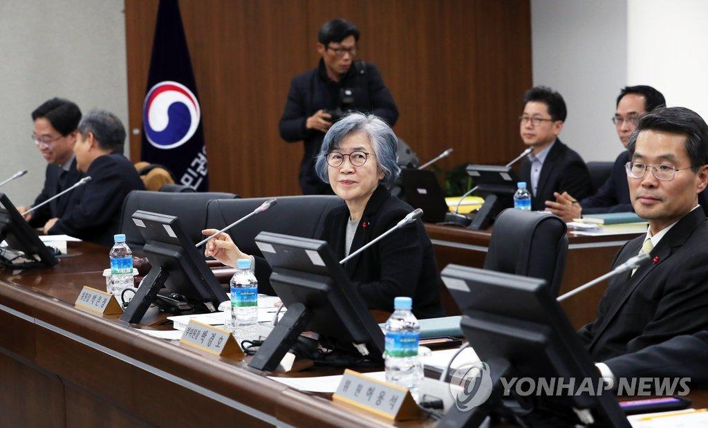 국민권익위원회 전원회의에 참석한 박은정 위원장(가운데)과 위원들