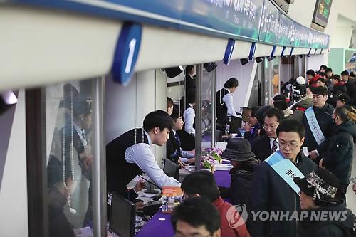 지난해 서울역의 설 승차권 예매 모습<사진=연합뉴스>