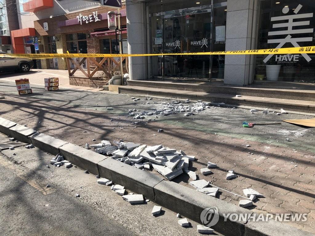 11일 경북 포항의 한 건물 외벽이 지진으로 부서진 모습<사진=연합뉴스>