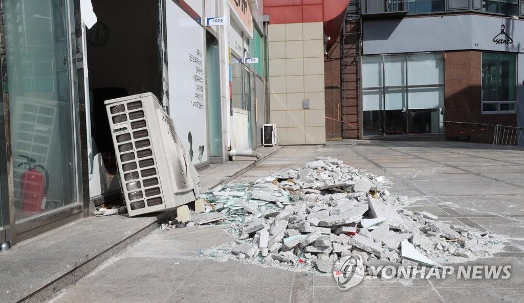 11일 포항 지진으로 파손된 건물 유리창<사진=연합뉴스>