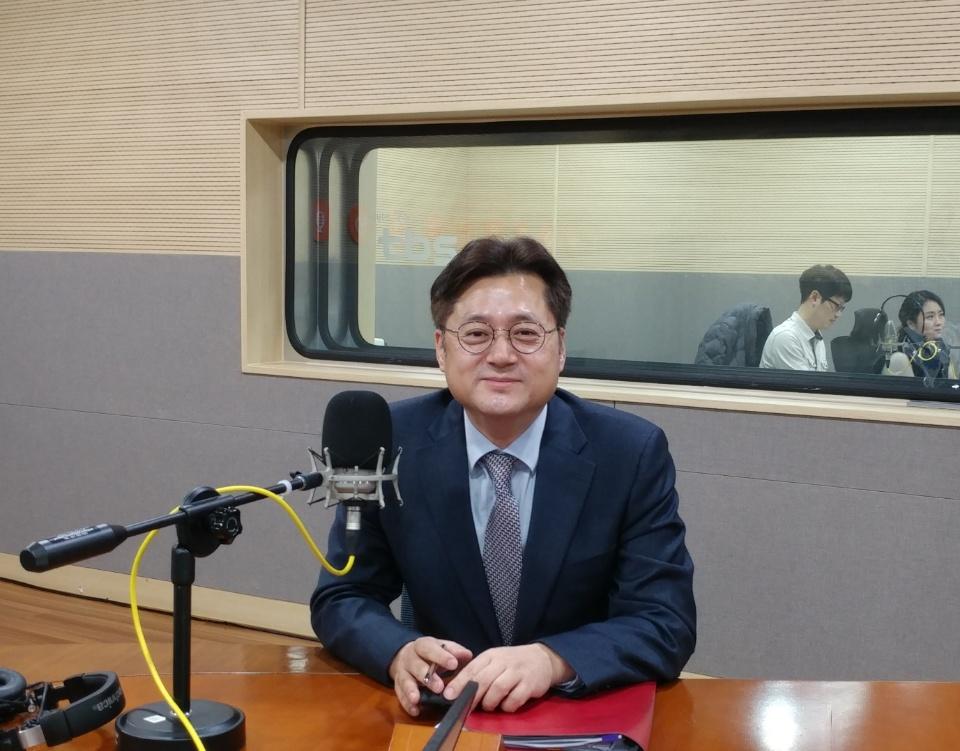 tbs '김어준의 뉴스공장' 출연한 홍익표 의원 <사진=안경원 기자>