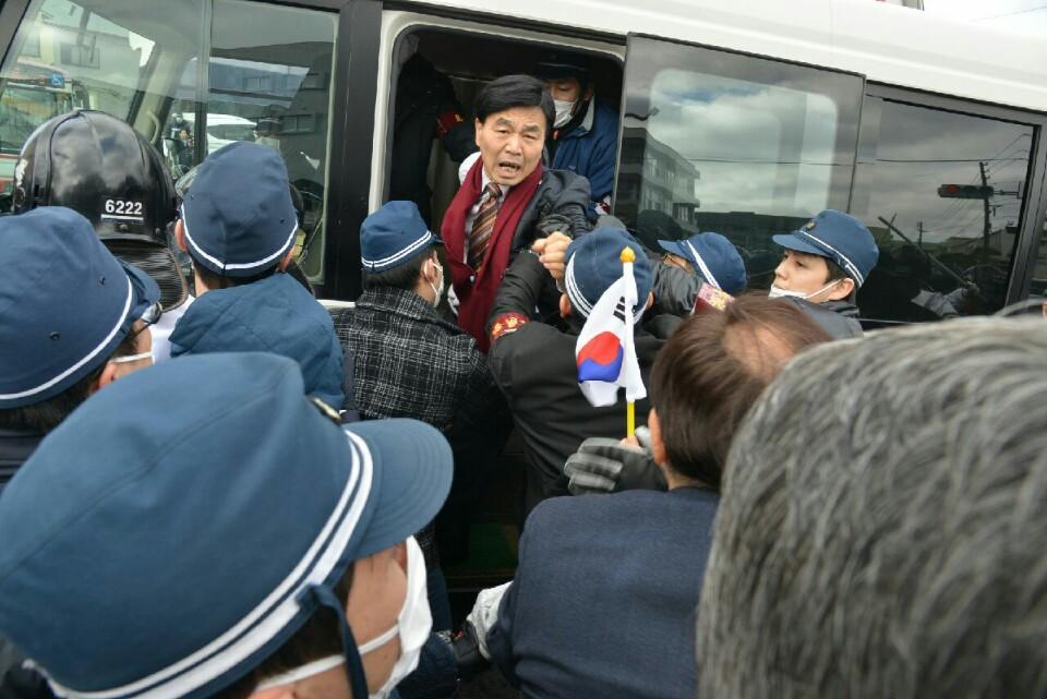 '다케시마의 날' 항의하다 경찰에 연행되는 최재익 대표<사진=최재익 대표 제공>