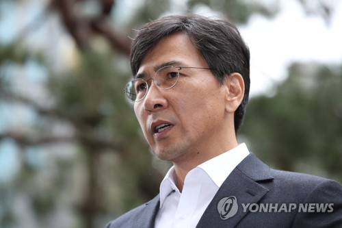 Former South Chungcheong Governor Ahn Hee-jung appears for questioning on Monday.