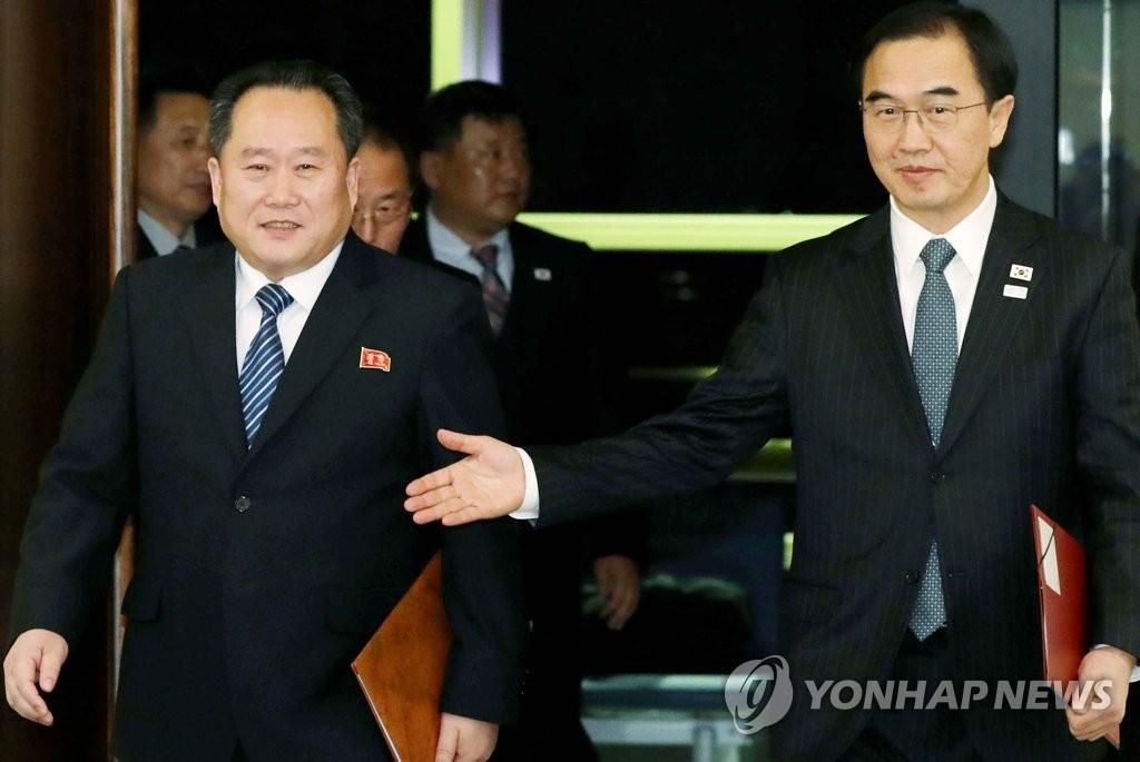 북한 리선권 조국평화통일위원회 위원장(왼쪽)과 조명균 통일부 장관