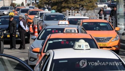 줄 서 있는 택시(사진=연합뉴스)