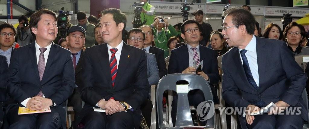 18일 한 행사에 참석한 박원순 서울시장(오른쪽)과 바른미래당 안철수 서울시장 후보(왼쪽)