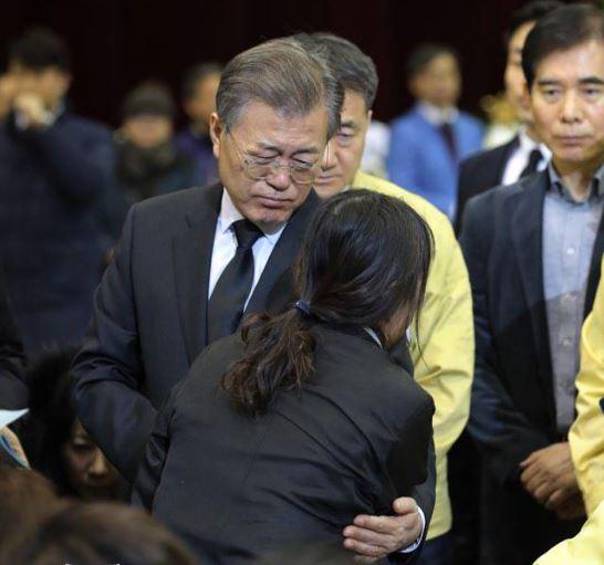 지난 1월 밀양 화재참사 유족 위로하는 문재인 대통령<사진=청와대>