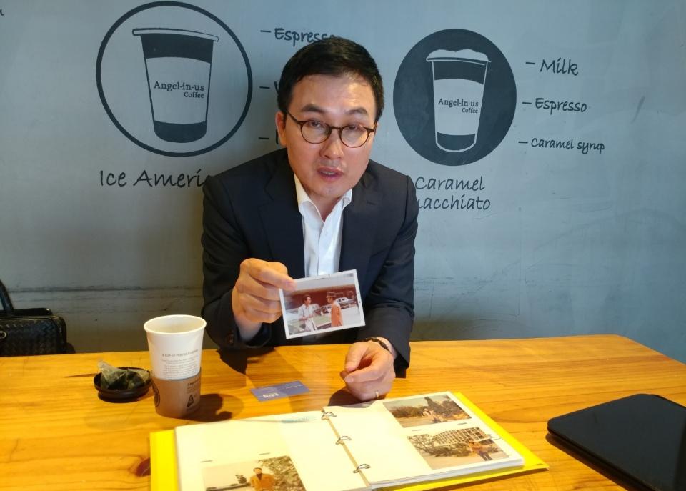 영화 '택시운전사' 주인공 故김사복씨 아들 김승필씨가 아버지 사진을 공개하는 모습 <사진=안경원기자>