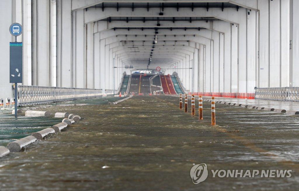 침수로 전면 통제된 서울 잠수교