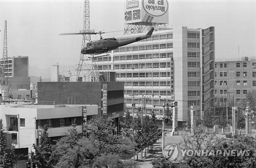 5·18 당시 광주 전일빌딩 인근을 비행하는 군 헬기 <사진=연합뉴스>