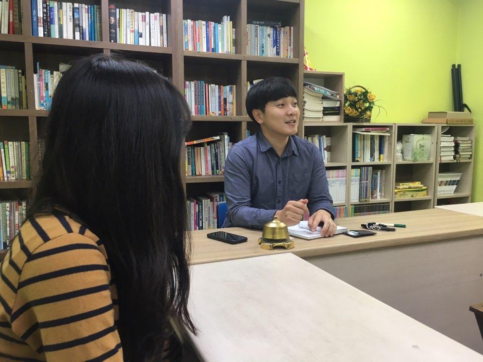 강동구 꿈터학교 손동열 선생님과 노영서 학생이 tbs와 인터뷰하는 모습<사진=서울시학교밖청소년지원센터>