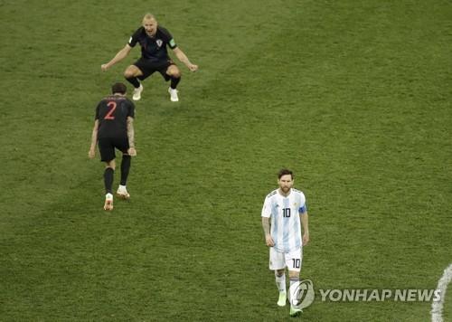 승리를 기뻐하는 크로아티아 선수들과 퇴장하는 메시<사진=연합뉴스>