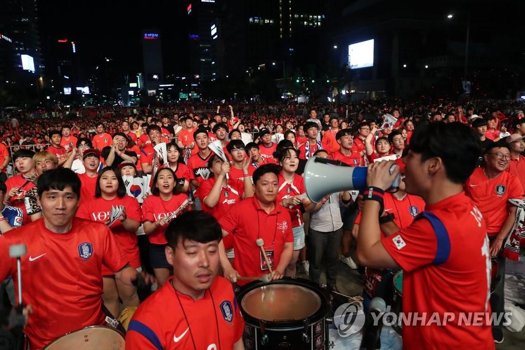 시민들이 광화문광장에서 한국-스웨덴의 경기를 응원하는 모습<사진=연합뉴스>