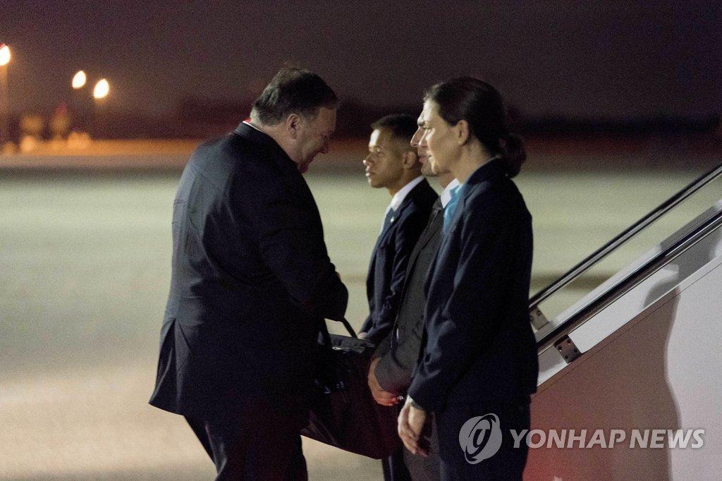 묵직한 가방 들고 평양 가는 폼페이오 <사진=연합뉴스>