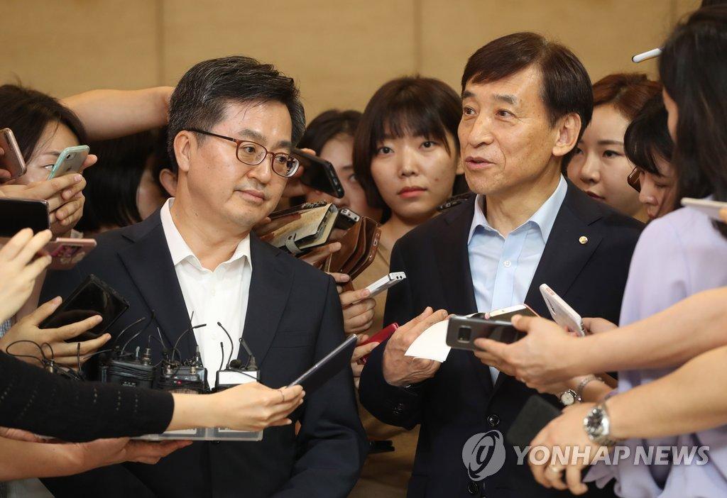 김동연 부총리, 이주열 총재 <사진=연합뉴스>