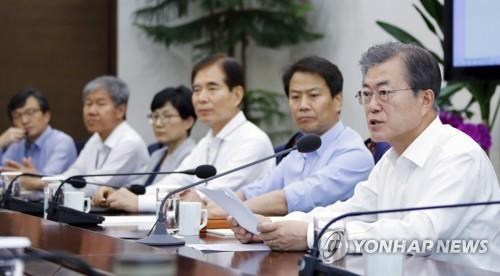 President Moon meets with top aides.