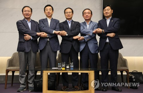 The floor leaders of the ruling and opposition parties pose for a photo at Incheon International Airport before departing for Washington on July 18, 2018.