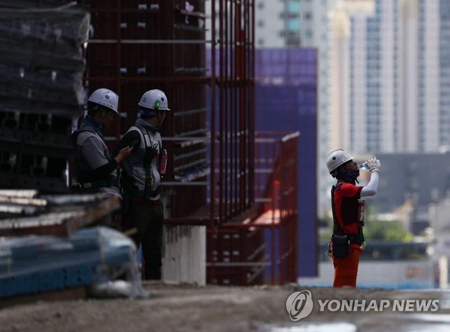 서울 미아동 아파트 건설 현장에서 노동자들이 더위를 식히고 있는 모습<사진=연합뉴스>