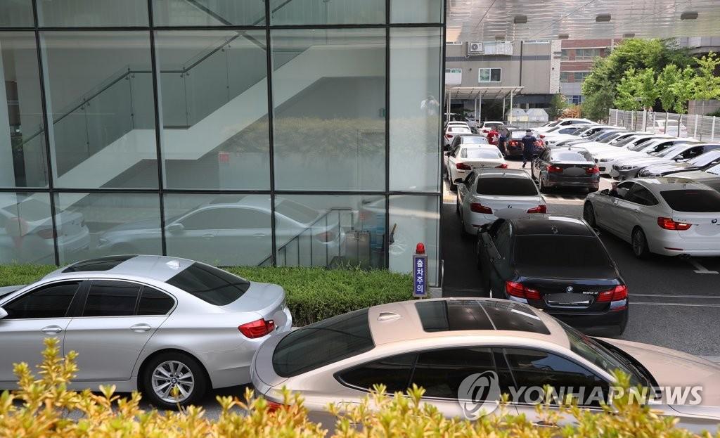 '주행 중 화재 BMW' 리콜로 붐비는 BMW서비스센터 <사진=연합뉴스>
