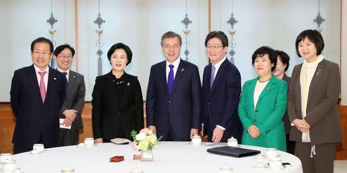 President Moon meets with the leaders of the five main parties in March.