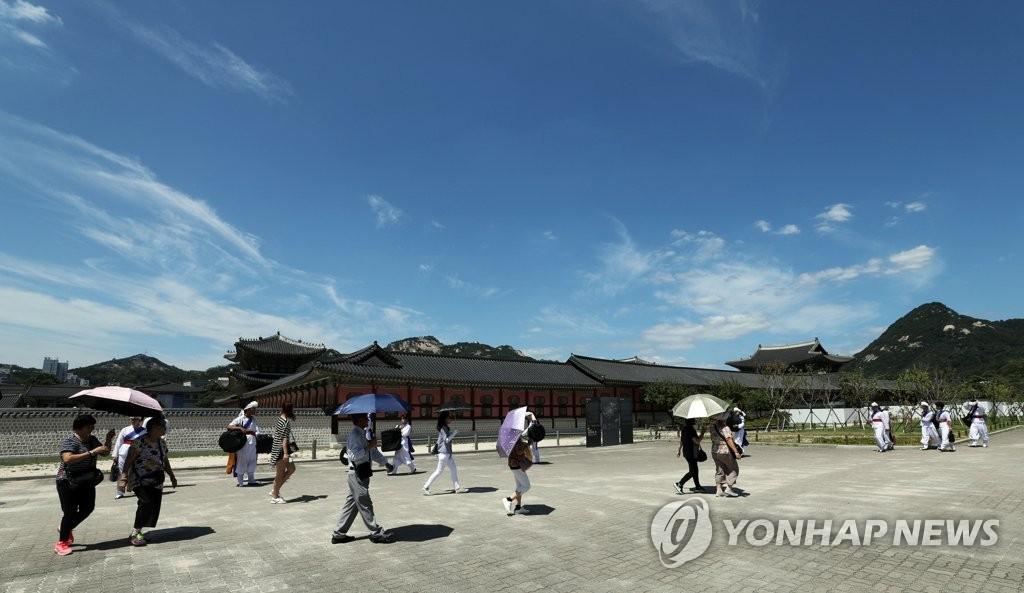 18일 경복궁을 찾은 시민들의 모습 <사진=연합뉴스>