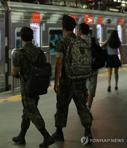 휴가 후 복귀하는 병사들 <사진=연합뉴스>