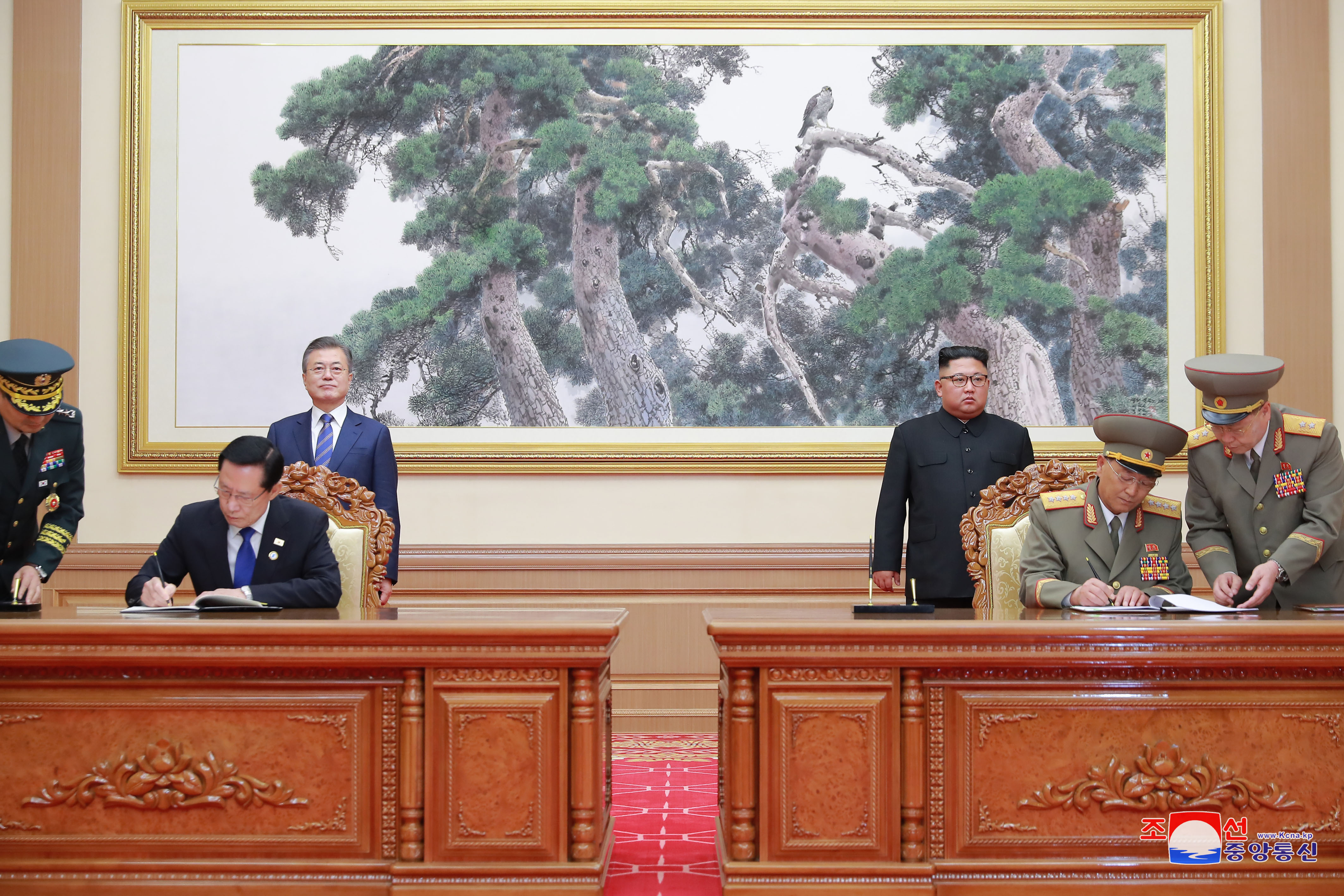 South Korean Defense Minister Song Young-moo and his North Korean counterpart No Kwang-chol sign a military agreement on September 19th, 2018 in Pyongyang. <Photo: Joint Press Corps>