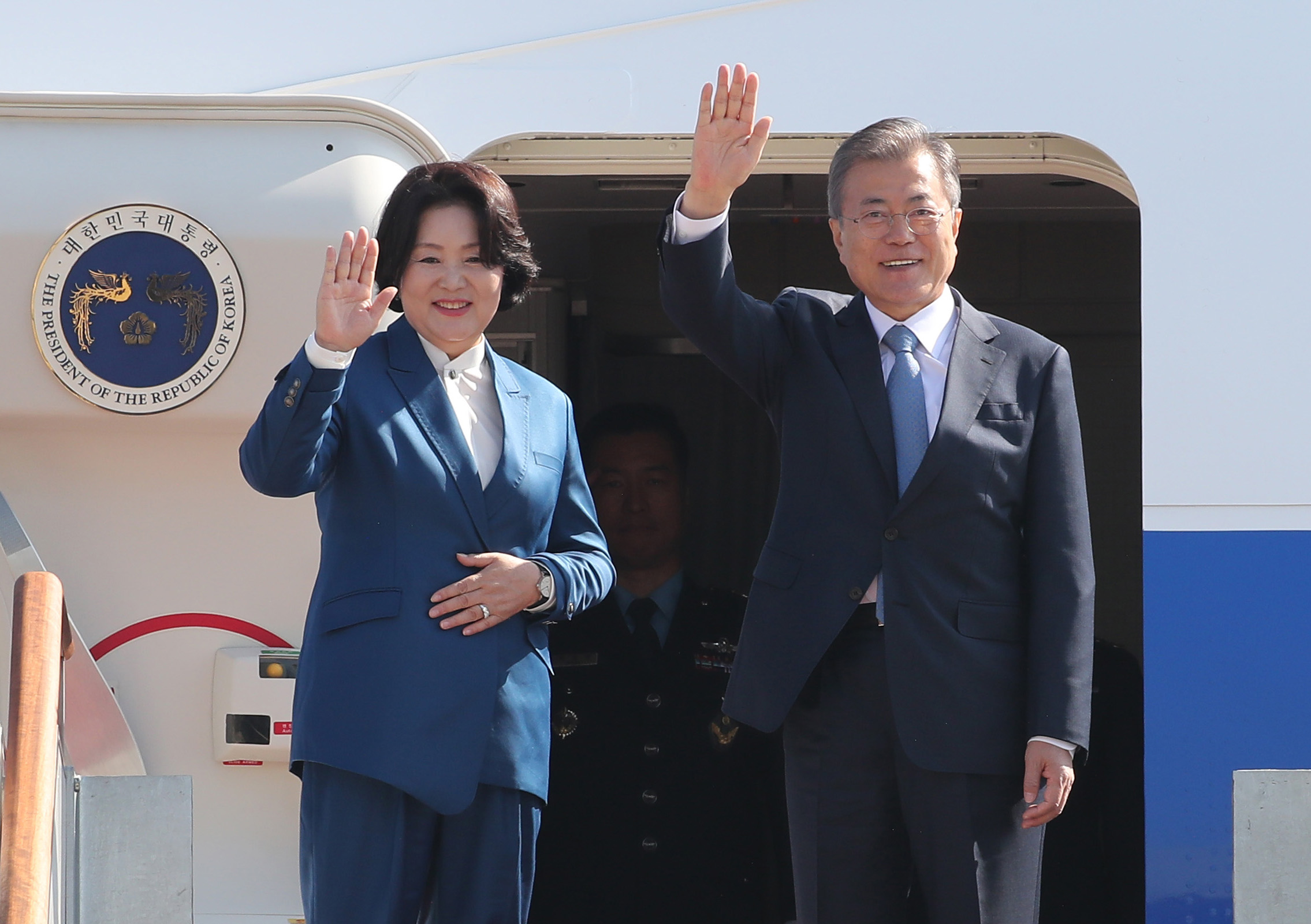 President Moon Jae-in (R) and First Lady Kim Jung-sook (L) embark on 9-day tour through Europe on October 13th, 2018 <Photo: Yonhap News>
