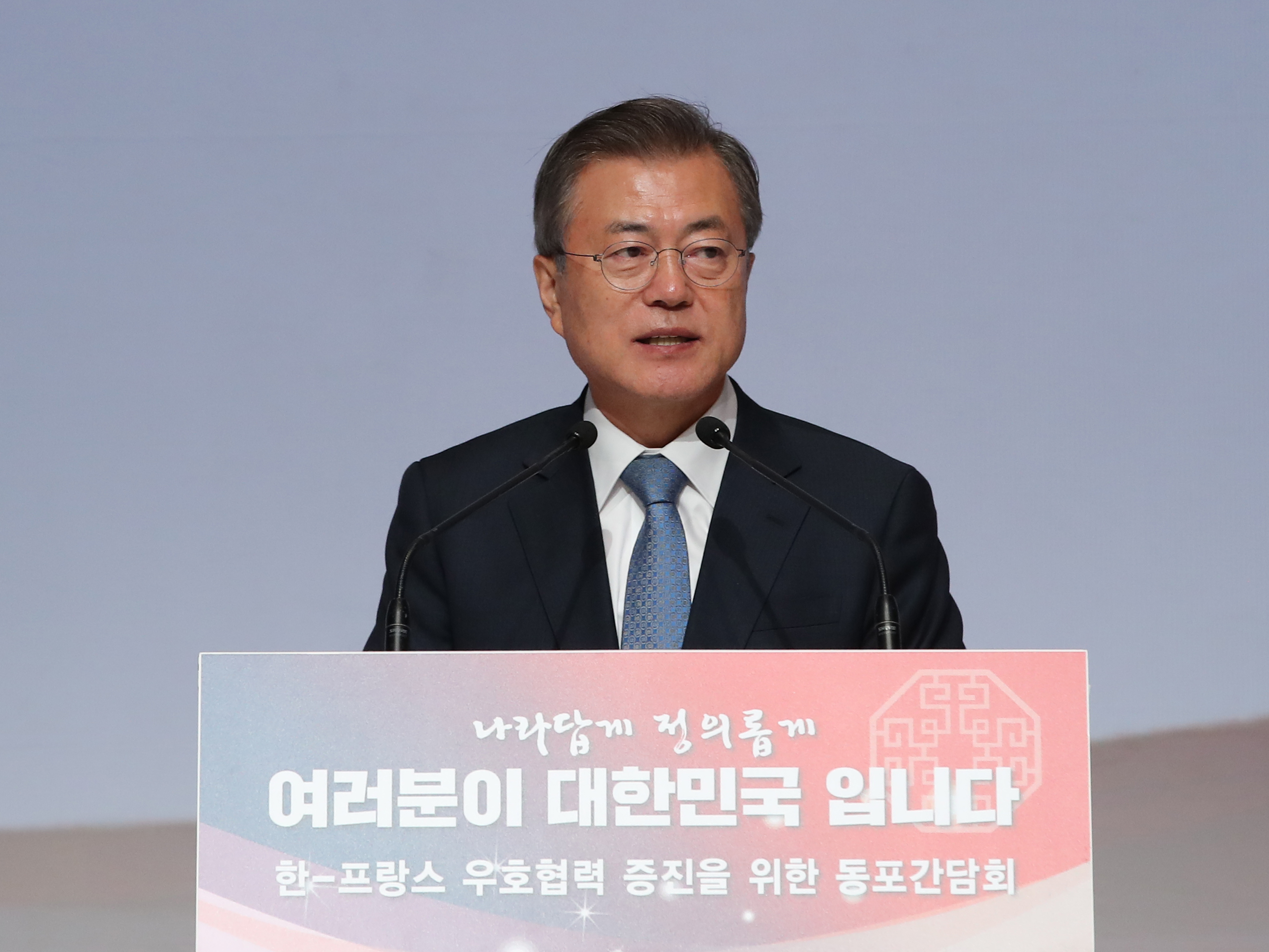 President Moon Jae-in gives a speech during a meeting with a group of South Korean residents in Paris on October 13th, 2018. <Photo: Yonhap News>