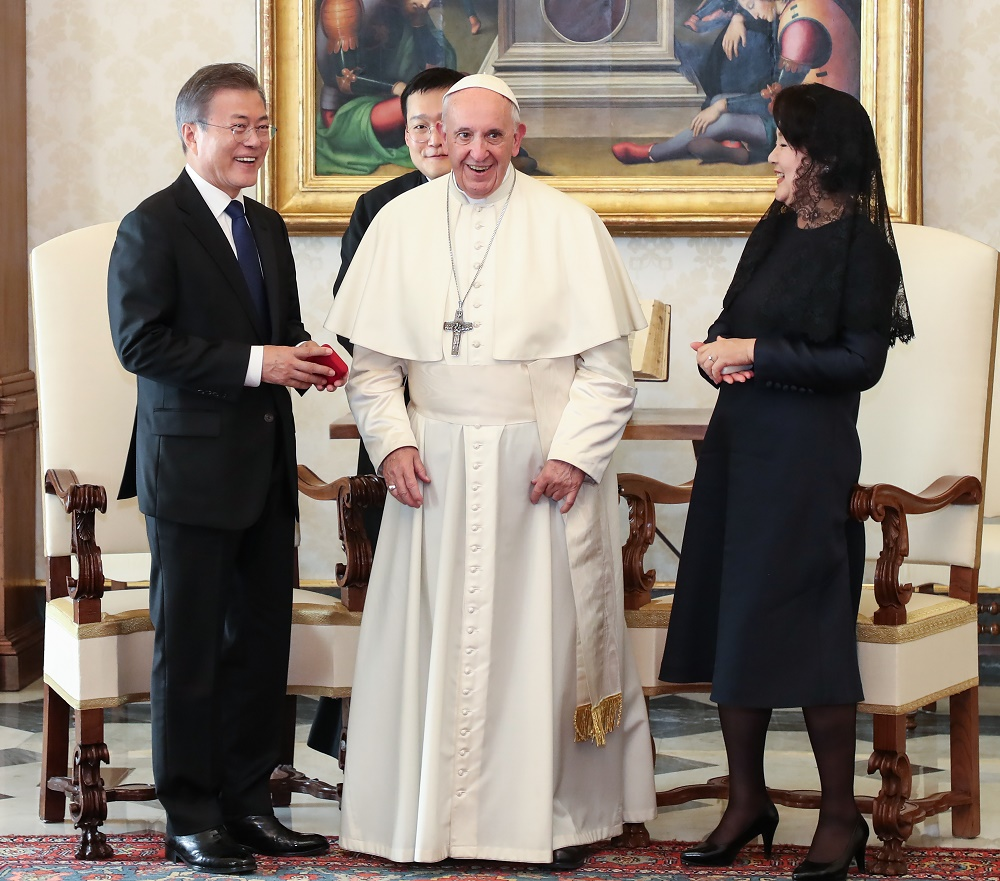 South Korean President Moon Jae-in (L) and First Lady Kim Jung-sook (R) meets with Pope Francis (M). <Photo: Yonhap News>