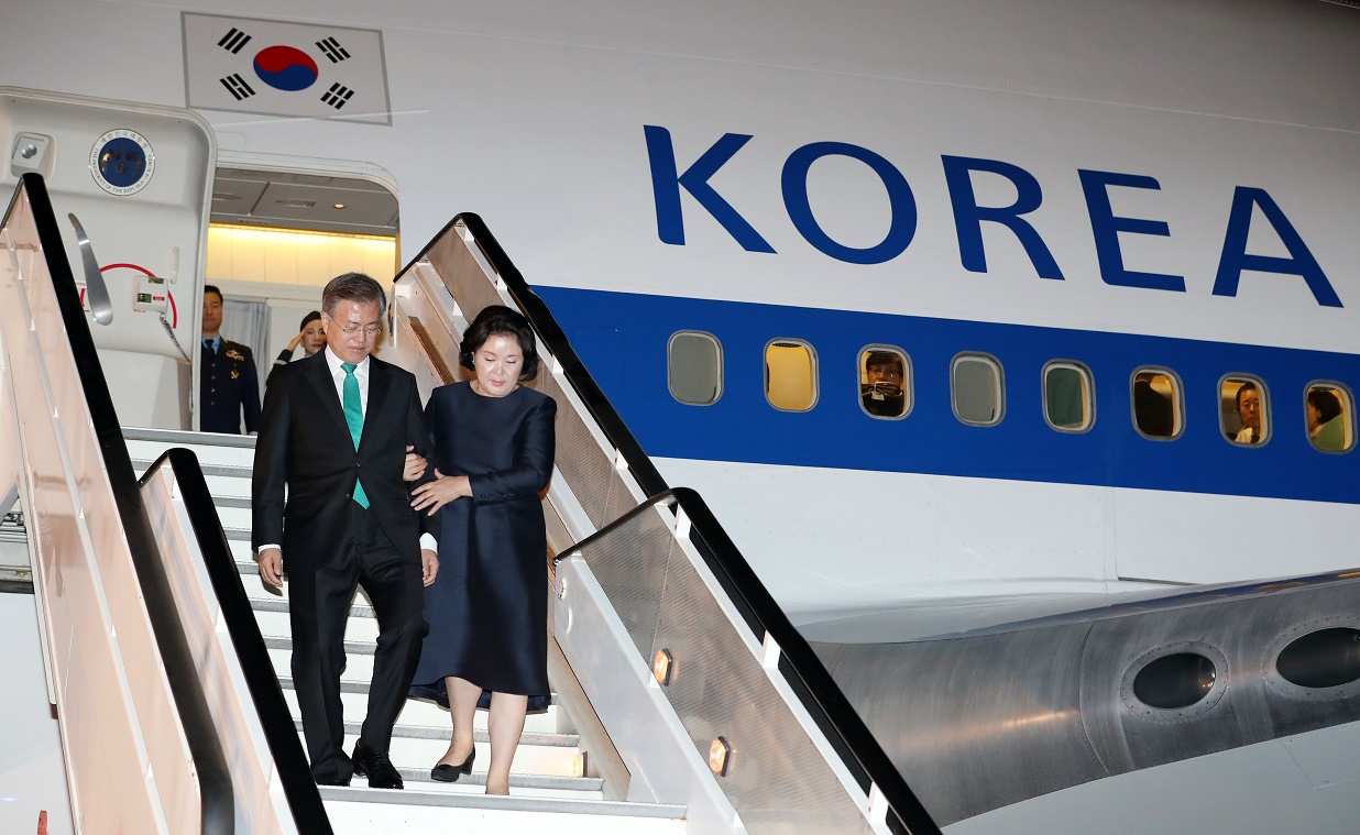 South Korean President Moon Jae-in (L) accompanied by First Lady Kim Jung-sook (R) arrives in Belgium for Asia-Europe Meeting. <Photo: Yonhap News>