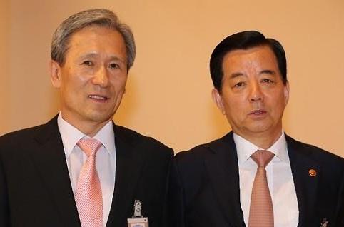 Former National Security Adviser Kim Kwan-jin (L) and former Defense Minister Han Min-koo (R) <Photo: Yonhap News>