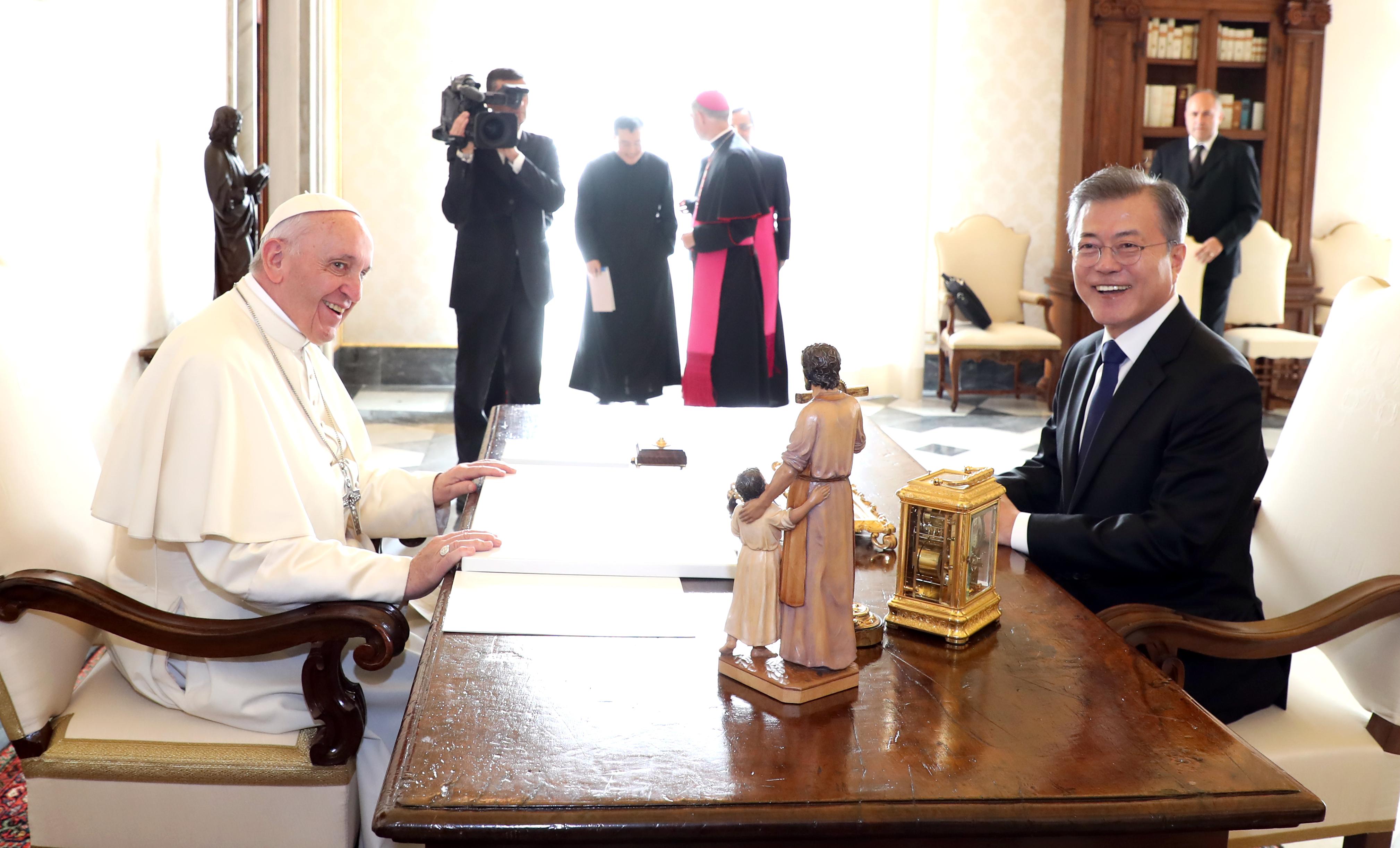 프란치스코 교황과 단독 면담한 문재인 대통령 <사진=연합>