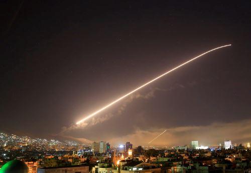 시리아 다마스쿠스 밤하늘에 보이는 미사일<사진=연합뉴스>