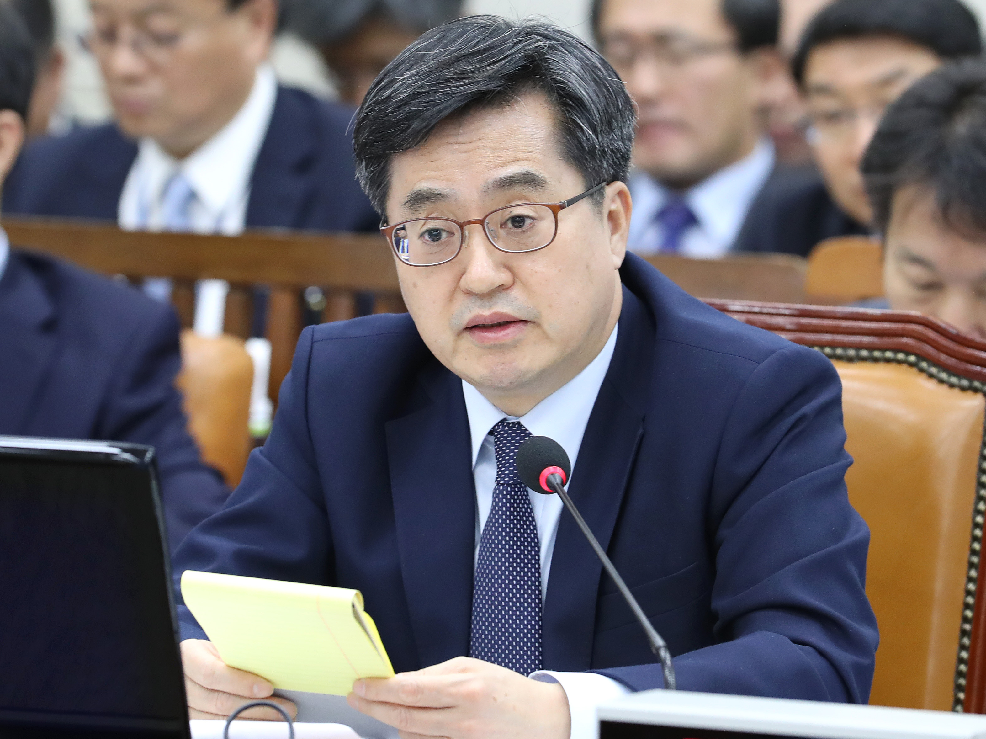 Finance Minister Kim Dong-yeon announces the government's decision to temporarily lower fuel taxes to help the economy cope with rising oil prices. <Photo: Yonhap News>