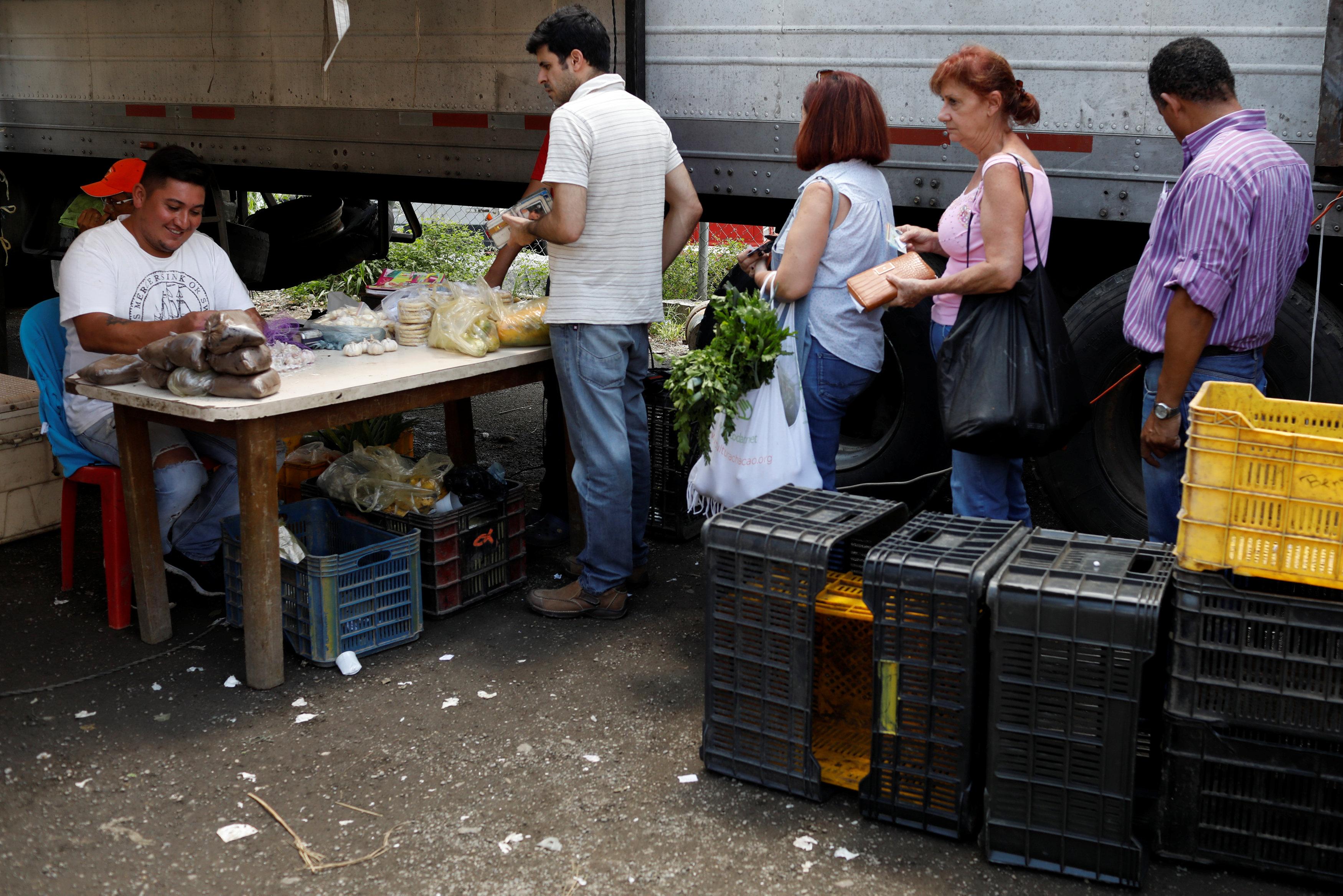 야채를 계산하려고 줄 선 베네수엘라 사람들<사진=연합뉴스>