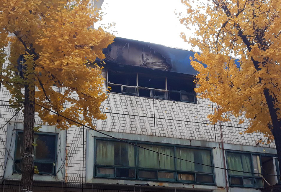 burnt-out dormitory housing facility in Seoul's Jongno <Photo: tbs>