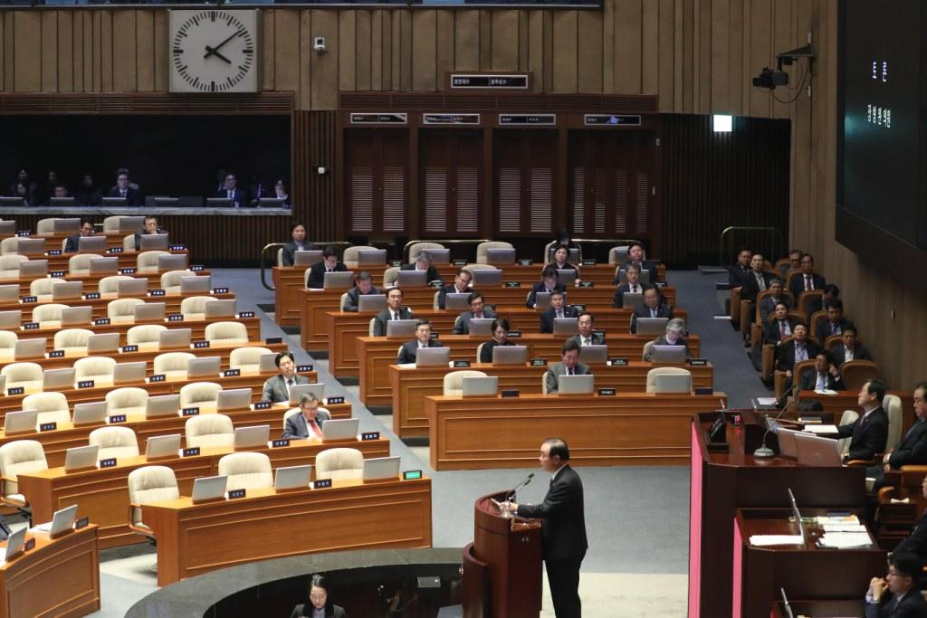 The National Assembly passes a revised budget bill for 2019 on December 8, 2018 <Photo: Yonhap News>