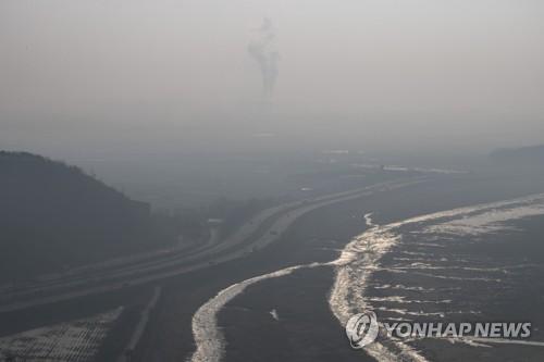 경기도 파주시에서 촬영한 미세먼지로 덮인 수도권 일대<사진=연합뉴스>