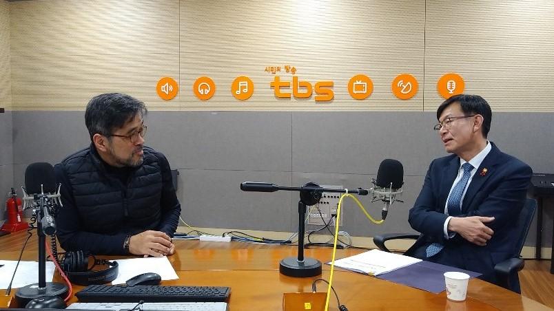 tbs '색다른 시선, 김종배입니다'에 출연한 김상조 공정거래위원장 <사진=tbs>