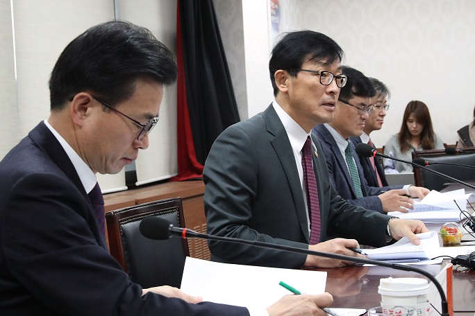 First Vice Finance Minister Lee Ho-seung (second from left) speaks at a meeting to discuss measures over Brexit developments. <Photo: Yonhap News>