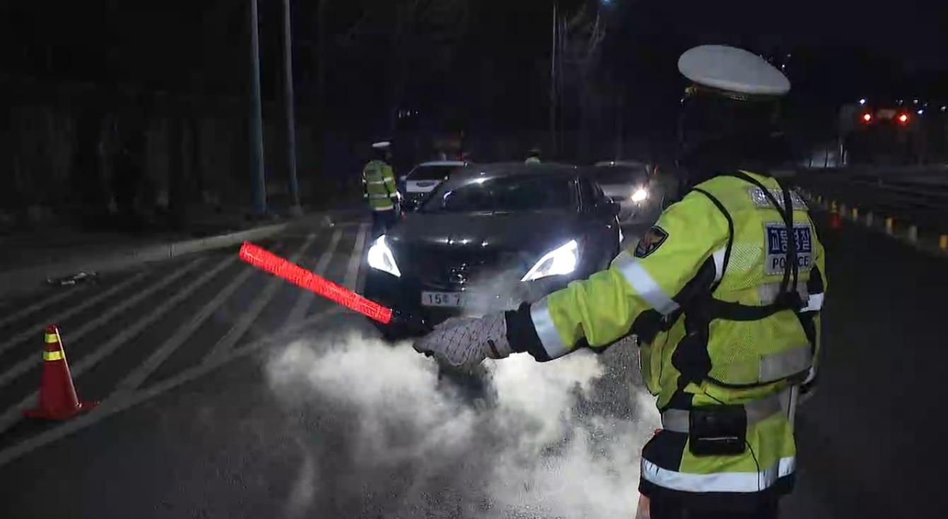 노원경찰서 경찰들이 음주 단속을 벌이고 있다.<사진=tbs>
